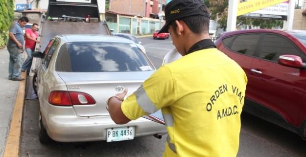 Multa de L 3 mil pagarán conductores que se estacionen en las aceras
