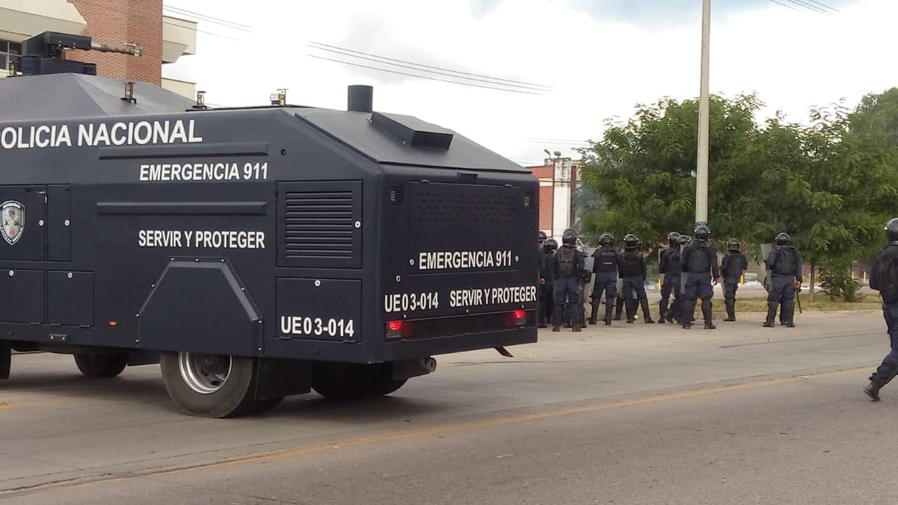 Inicia enfrentamiento entre estudiantes de la UNAH y Policía Antimotines