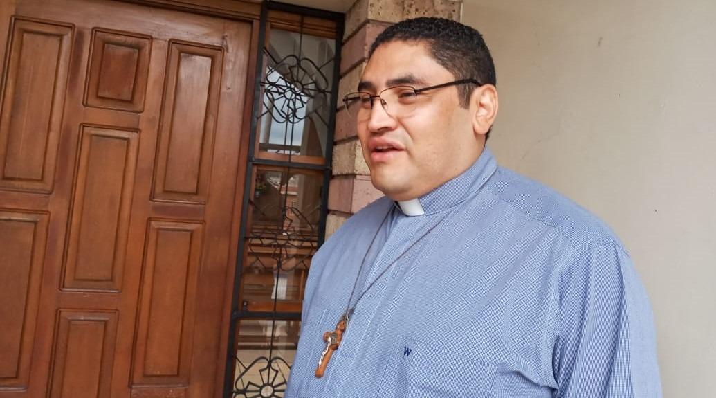 Padre Carlos Rubio: «soy apasionado de escuchar la radio y mantenerme informado»