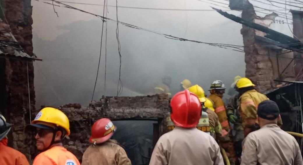 Voraz incendio consume varios puestos en mercado capitalino