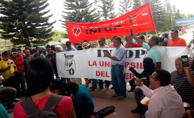 Empleados del INFOP protestan en contra de la privatización