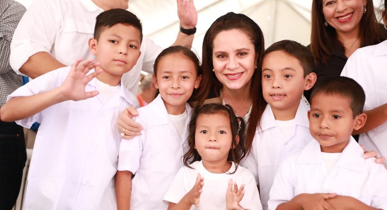 Primera Dama inaugura centro educativo y entrega paquetes escolares en Intibucá