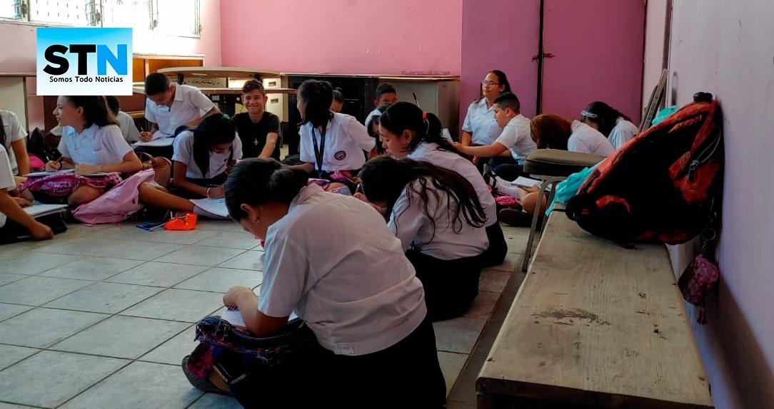 Alumnos de centro educativo en SPS reciben clases en el piso