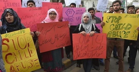 Pakistán aprueba ley de ejecución pública de asesinos y violadores de niños