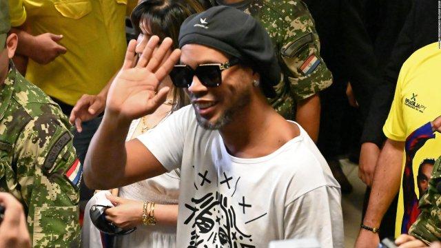 Retienen a Ronaldinho por sospechas de usar pasaporte falso en Paraguay