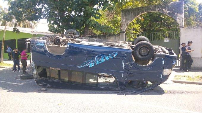 ¡Al menos 10 heridos! al volcar bus «brujito» en El Barrio Medina de SPS