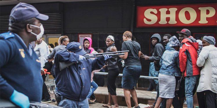 Policía sudafricana dispara con balas de goma para hacer respetar el confinamiento