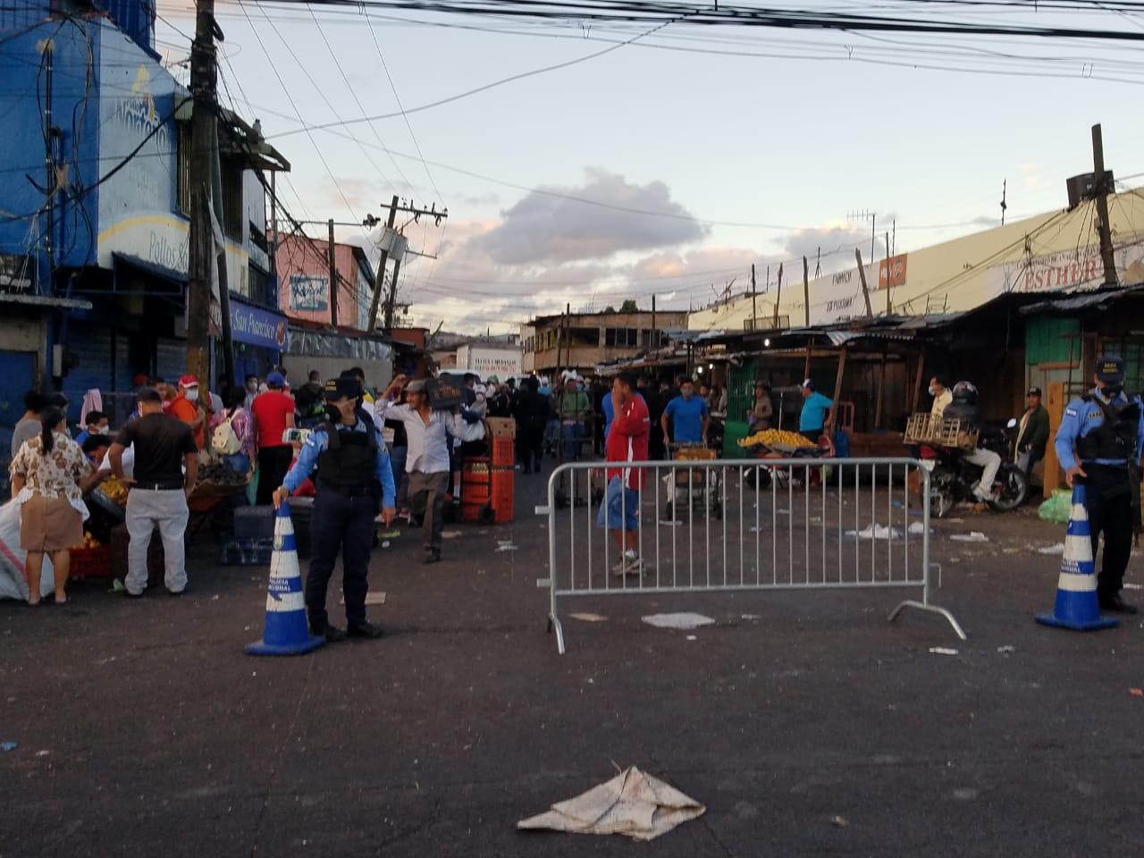 Autoridades proceden al cierre del Mercado Zonal Belén