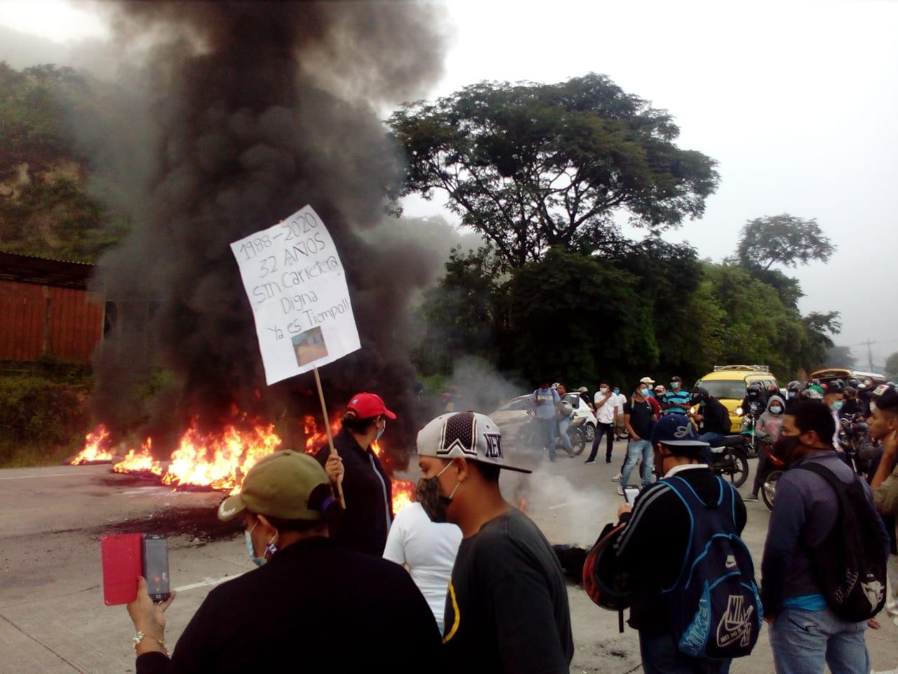 ¡Con toma  y quema de llantas! Pobladores de cuatro comunidades protestan  en la salida al sur exigiendo la reparación de calles