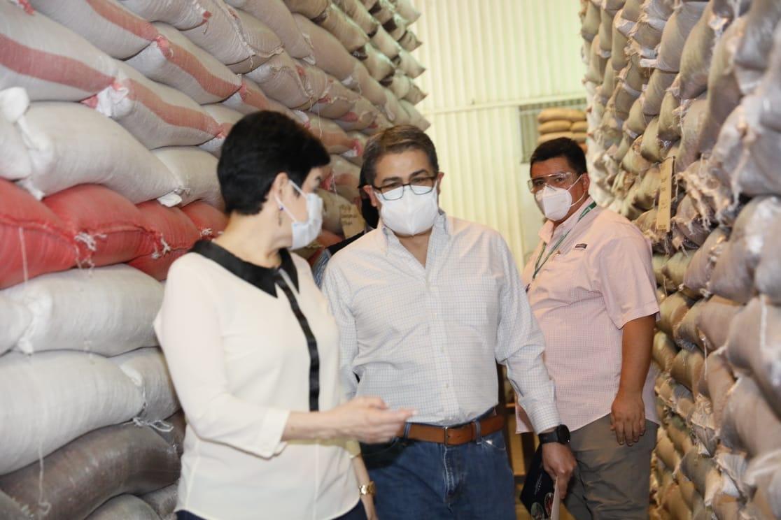 Reserva estratégica de granos básicos es supervisada por el presidente Hernández
