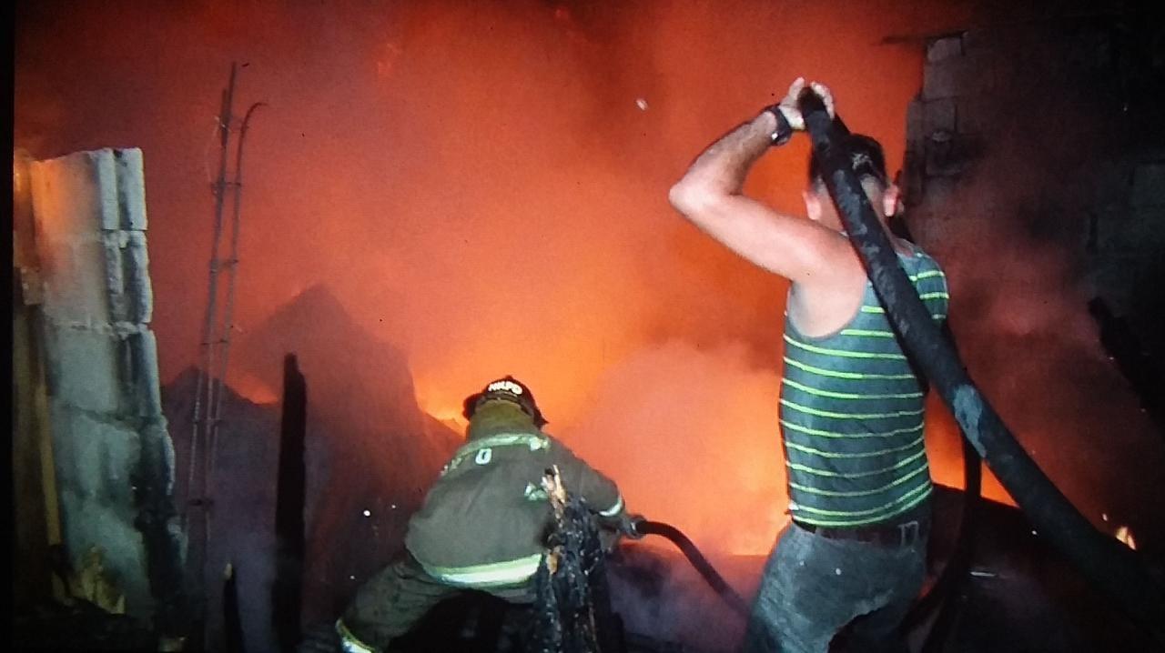 Voraz incendio consume cuatro viviendas y deja en la calle a 25 personas en Las Brisas en SPS