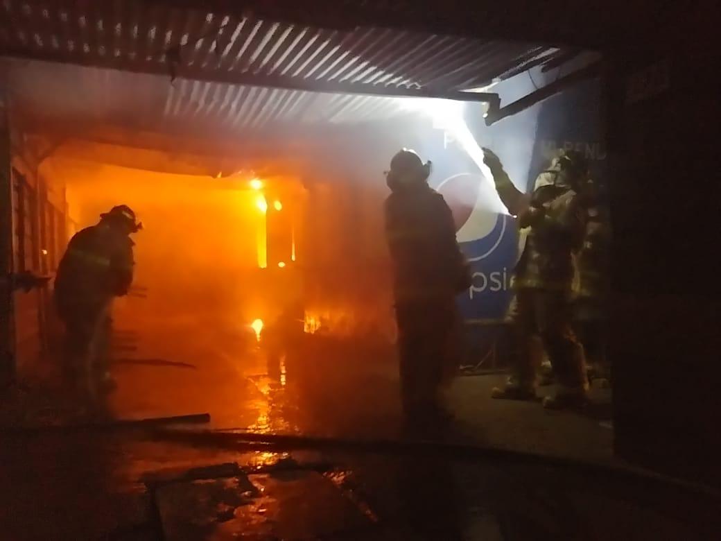 Voraz incendio consume varios locales en mercado de SPS