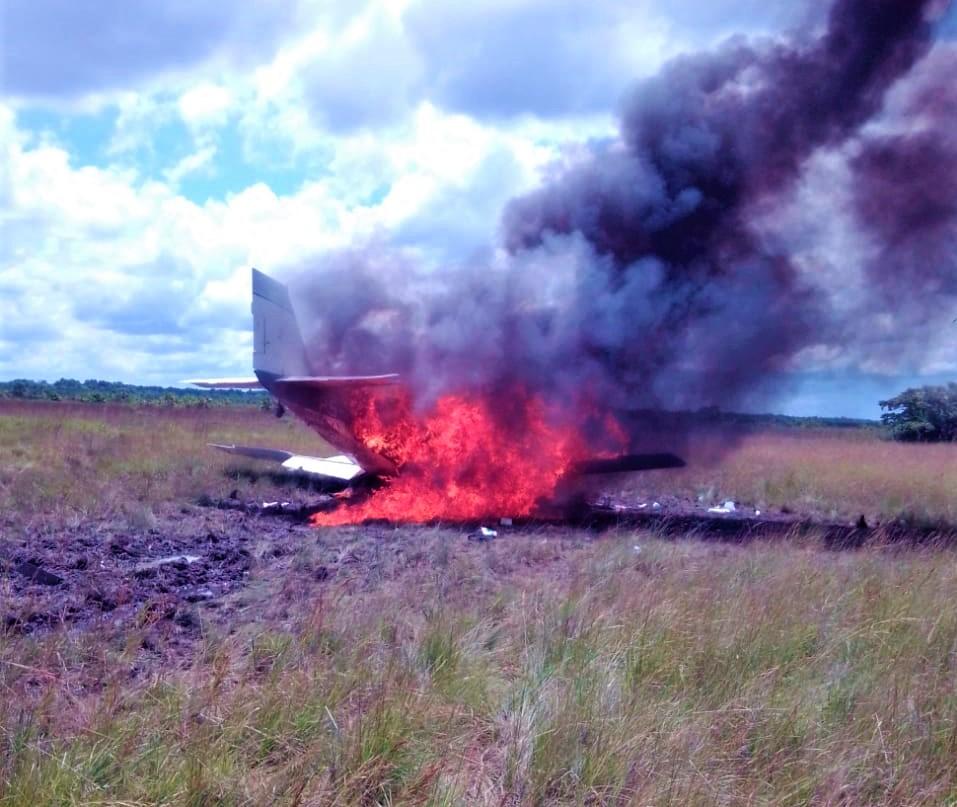 FFAA incinera narcoavioneta incautada en Brus Laguna