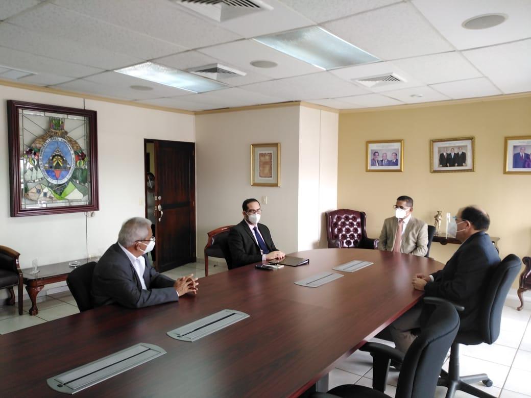 Ministro de Finanzas se reúne con magistrados del TSC y presenta Declaración Jurada de Bienes