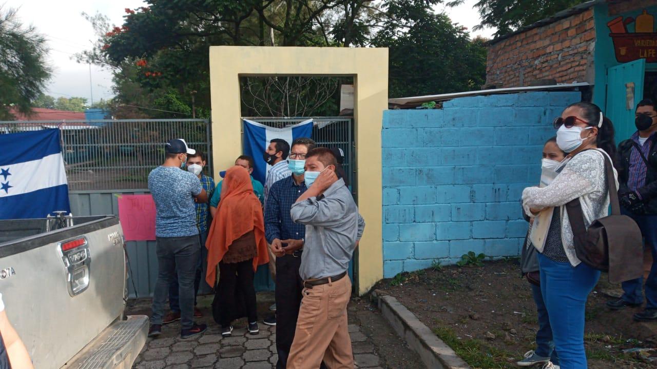 Docentes protestan frente a la departamental de Educación de FM   exigiendo la renuncia del director interino