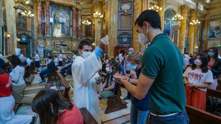 Con entusiasmo y gratitud feligreses retornan a iglesias