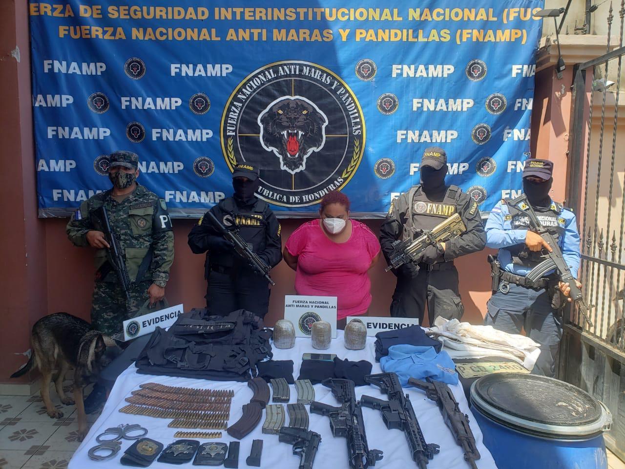 ¡Con armas e indumentaria militar falsificada! Cae supuesta  integrante de la MS-13 en Choluteca