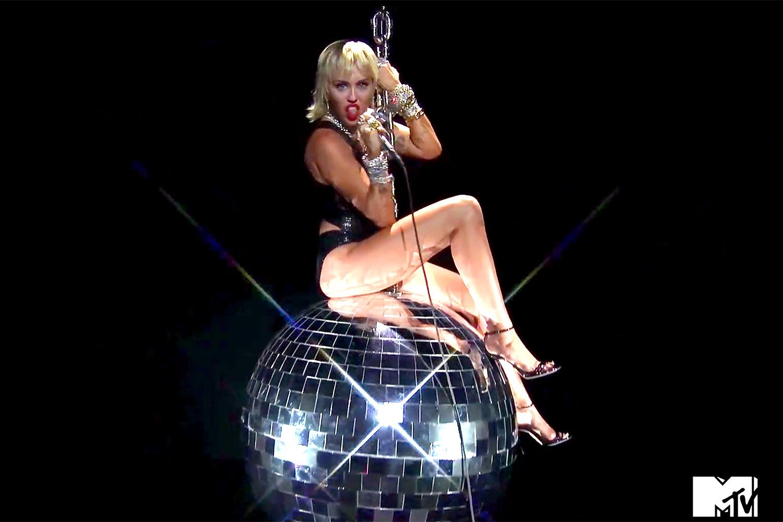 Miley Cyrus regresa a los escenarios  y revive con brillante bola demoledora