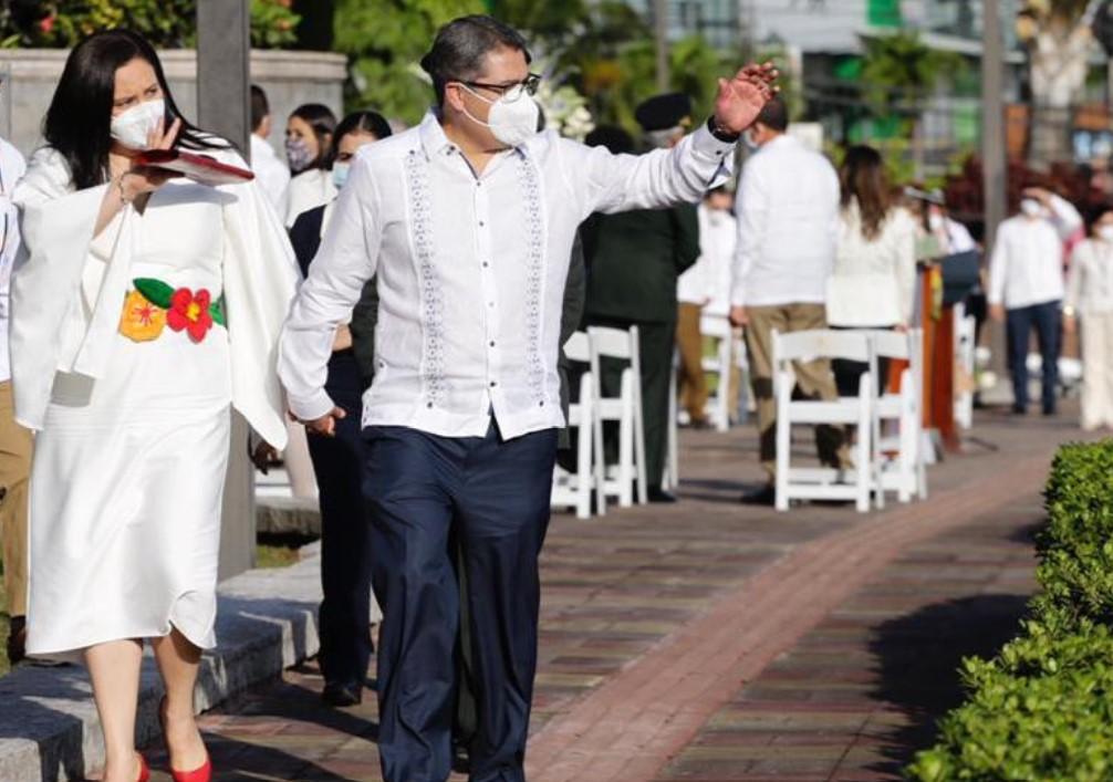 Pareja presidencial luce bordados y colores representativos a las fiestas patrias