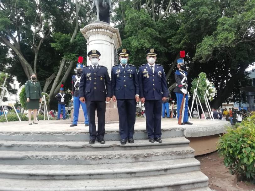 Policía Nacional participa en la colocación de ofrendas florales a estatua del General Francisco Morazán
