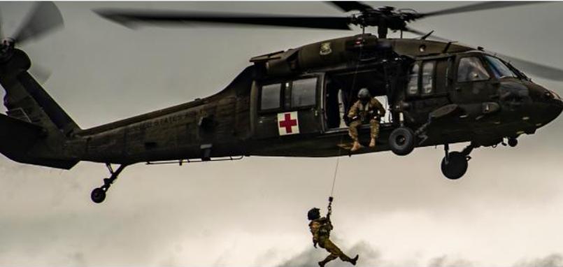 Soldados estadounidenses realizan ejercicios aéreos en la bahía de Trujillo
