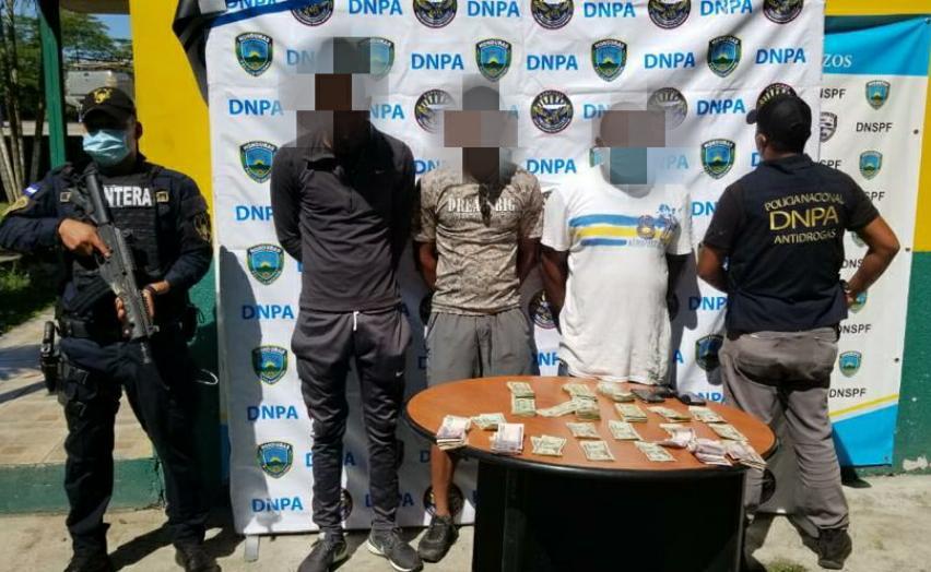 Detienen a tres jóvenes con más de 700 mil lempiras en Colón