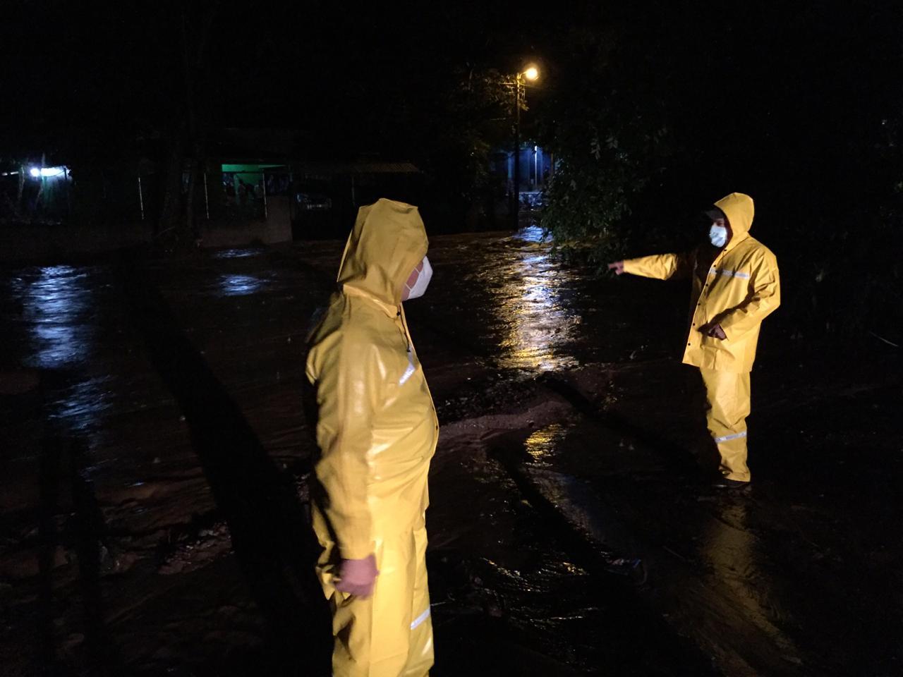 Bomberos atienden emergencia por el desbordamiento de un rio en Marcala, La Paz