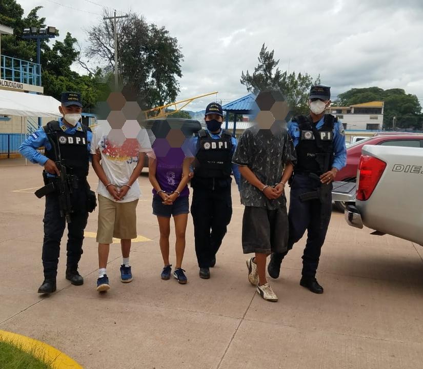 Detienen con una mini uzi y droga a tres presuntos miembros de la 18 en Los Pinos de la capital