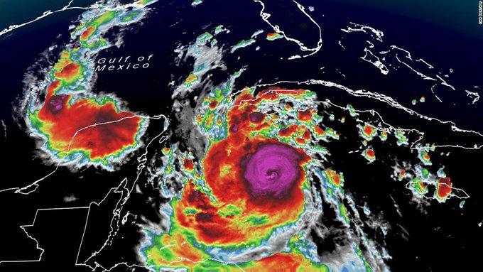 El  «peligroso» huracán Delta toca tierra en la península de Yucatán, México