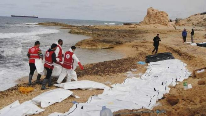 Al menos 74 inmigrantes mueren al naufragar su embarcación frente a las costas de Libia