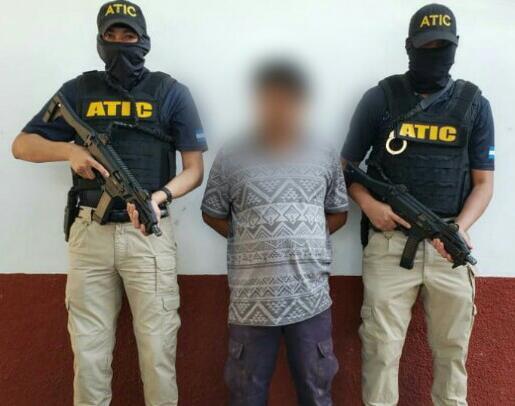 captura a expolicía acusado de tres delitos