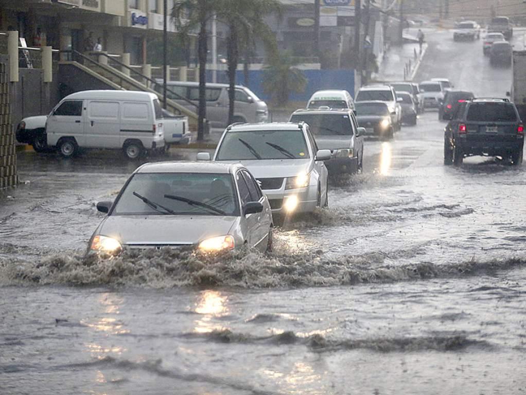 Llueve sobre  la capital y   se encienden  las alarmas por inundaciones y derrumbes