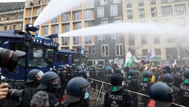 Los manifestantes contra las restricciones por el #Covid19 toman el centro de #Berlín