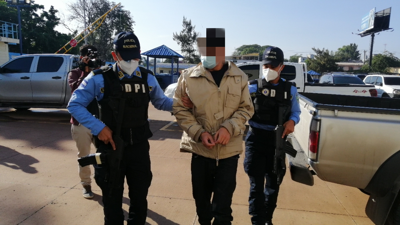 Capturan a presunto miembro de la pandilla 18 por secuestro agravado en Cedros, FM