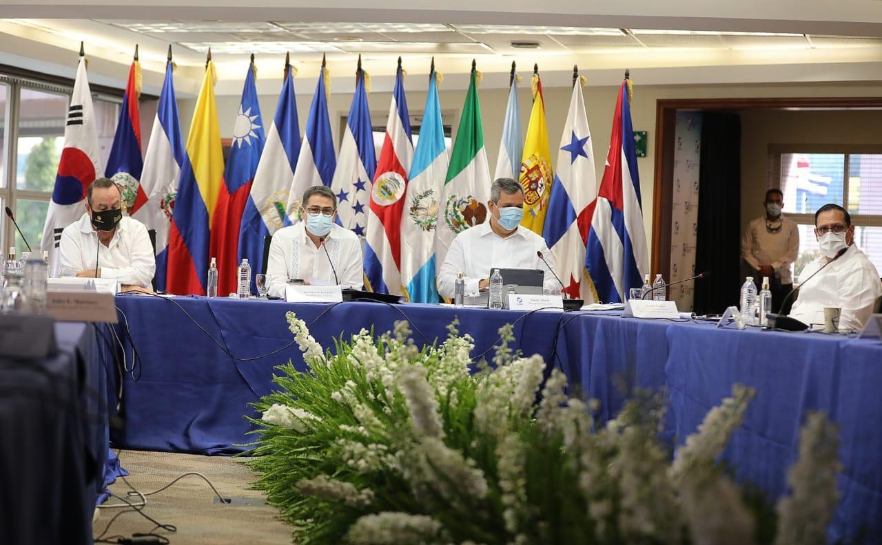 Presidentes de Honduras y Guatemala se reúnen antes de visitar el BCIE
