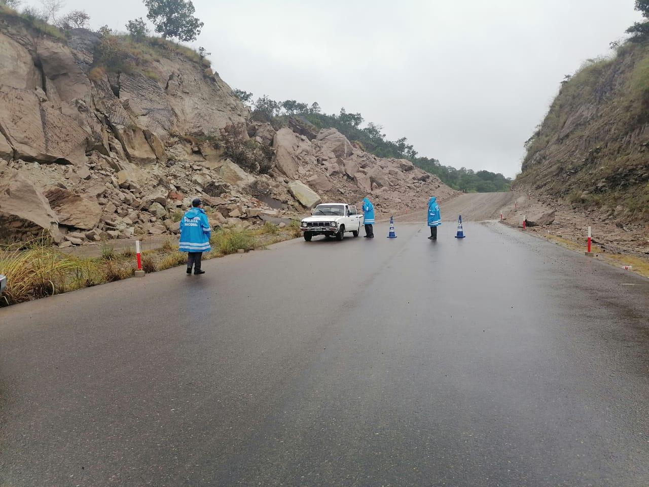 Policía mantiene seguridad en tramo carretero de Canal Seco por deslizamiento