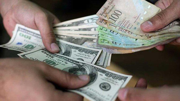 Gobierno de Maduro conversa con bancos locales sobre un plan de dolarización para Venezuela