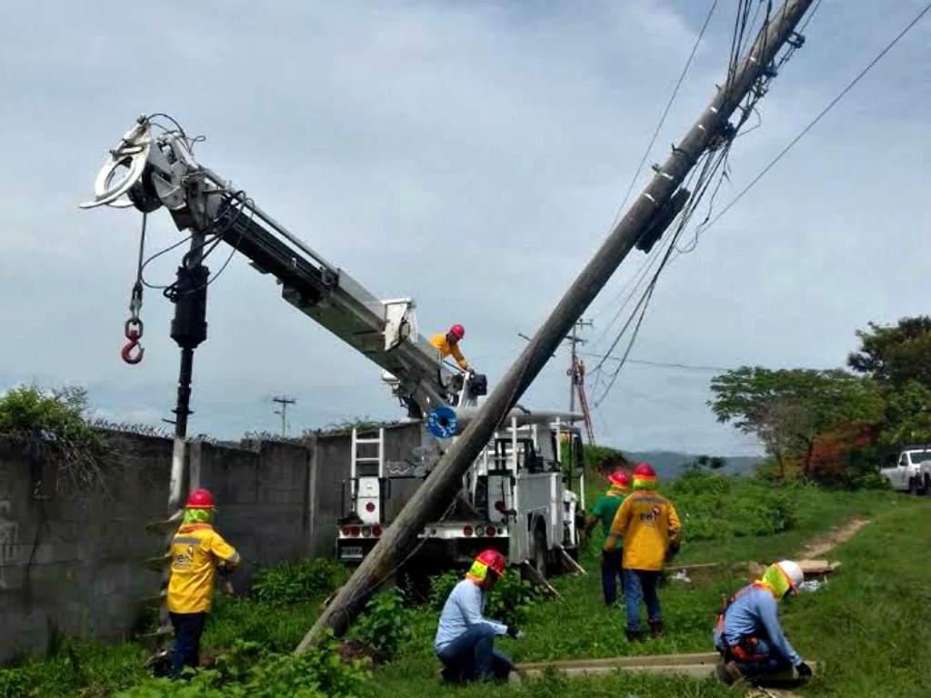 Listas las cuadrillas de la EEH para restablecer el fluido eléctrico en zonas afectadas por Iota