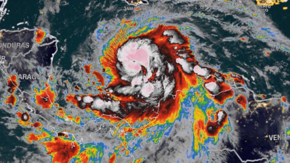 Iota se fortalece y se convierte en huracán