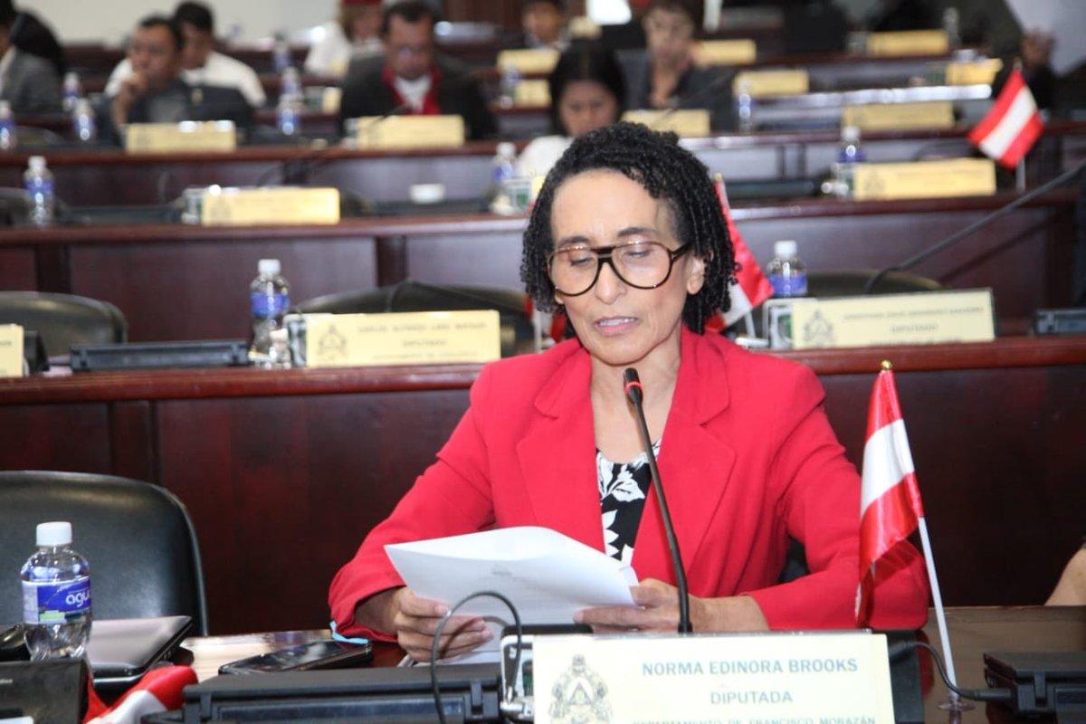 Edinora Brooks: «No nos han convocado  para discutir el nuevo presupuesto, para que las cosas continúen como siempre».