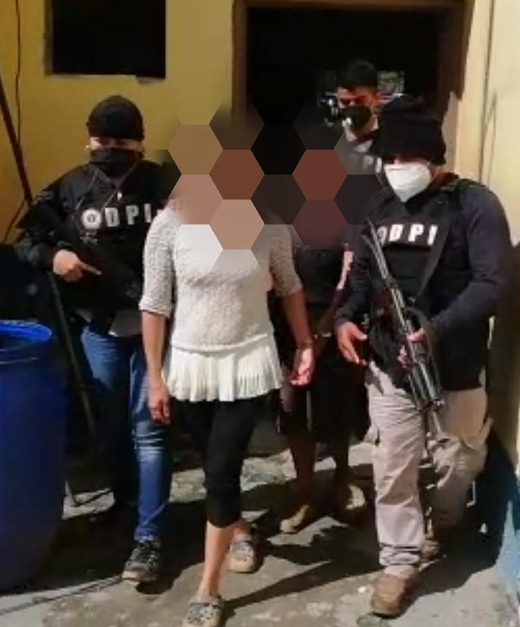 Tres miembros de una familia son detenidos en posesión de 30 libras de supuesta marihuana
