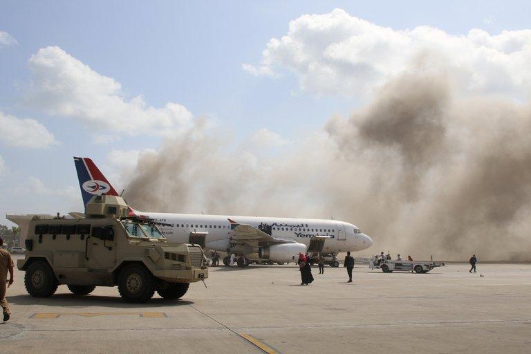 Al menos 10 muertos en un ataque contra un avión que transportaba al nuevo gobierno de Yemen