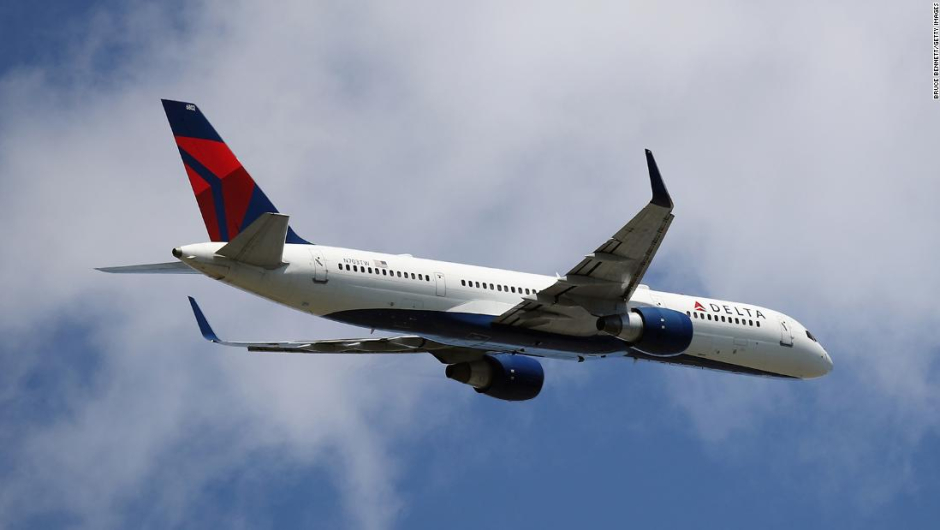Dos pasajeros abren la puerta de la cabina de vuelo y salen del avión en movimiento
