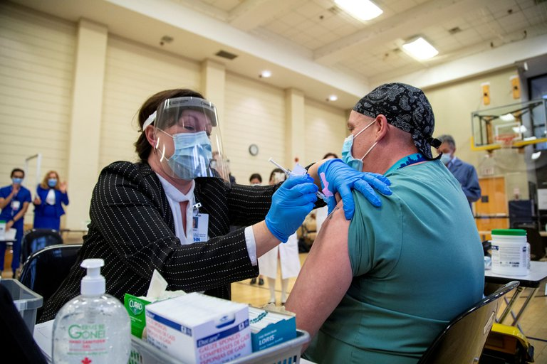 «Hasta que un 70% de la población este vacunada dejaremos de usar mascarillas»: Carlos Umaña