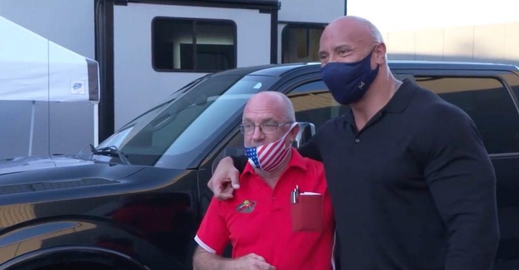 «La Roca» regaló camioneta a amigo que le ayudó cuando no tenía nada