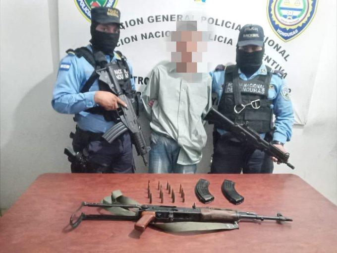 Menor infractor es detenido en posesión de  un fulsil AK-47 en la capital