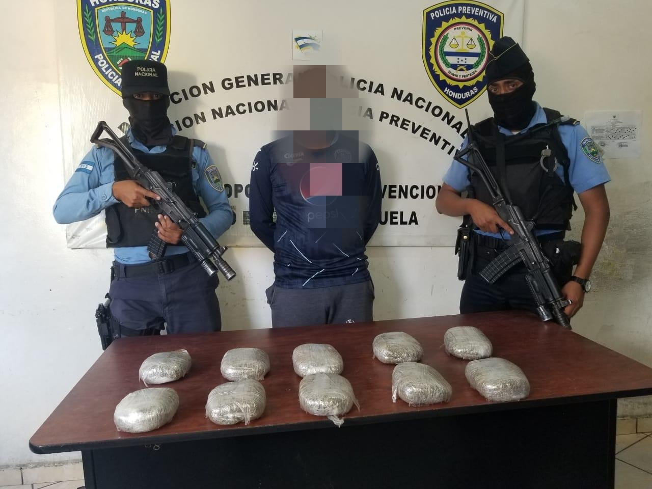 Capturan a una persona en aldea El Lolo en posesión de unos diez paquetes de supuesta marihuana