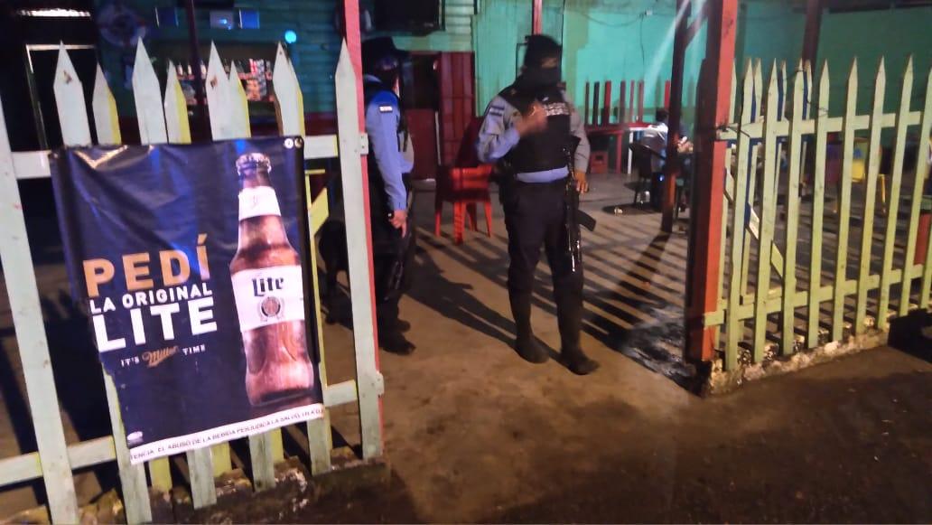 Policía cerrará en su totalidad bares y establecimientos que incumplan decreto PCM 126-021