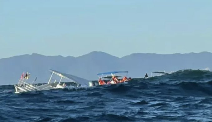 Se hunde embarcación con 60 turistas a bordo en Puerto Vallarta, México