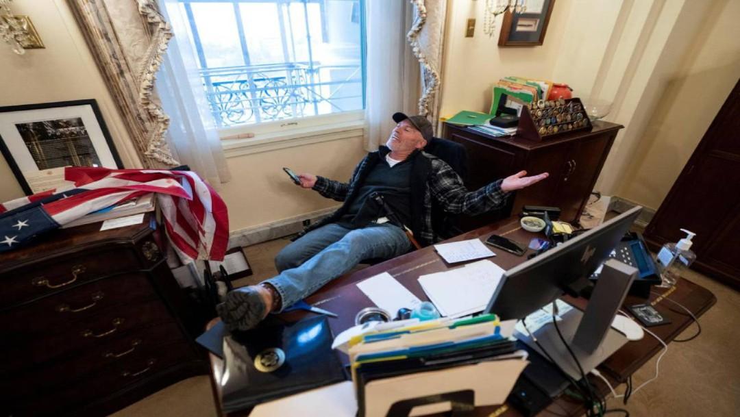 Arrestan a hombre que se fotografió en escritorio de Nancy Pelosi
